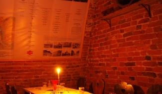 Schrammi kambris on pikk laud, mille taga saad seltskonnaga mõnusalt aega veeta